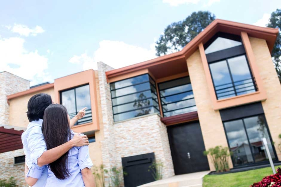 Couple Looking At A Beautiful House To Buy 1